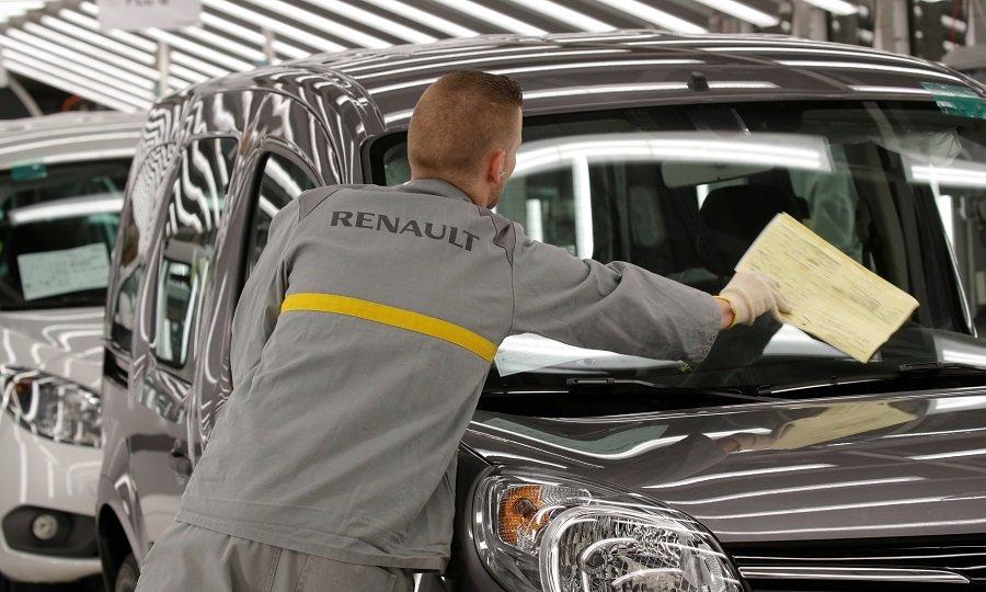 funcionário da renault em frente ao carro da montadora de veículos