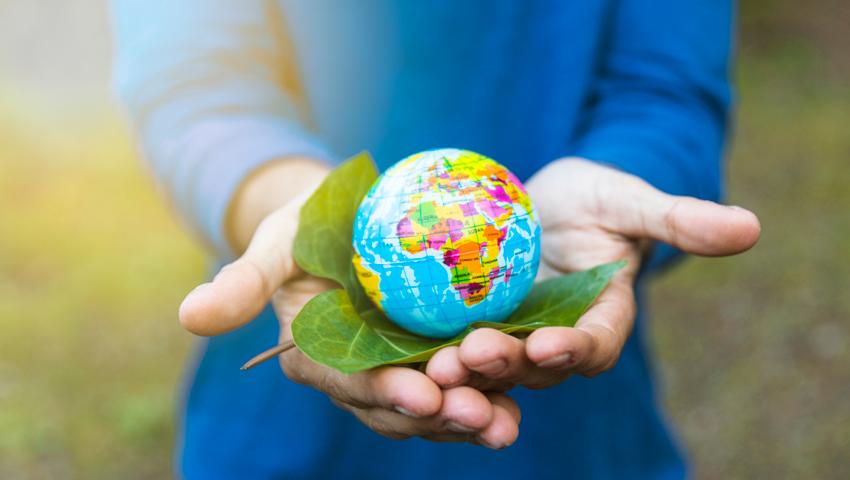 mãos segurando o globo mundial, indicando sustentabilidade