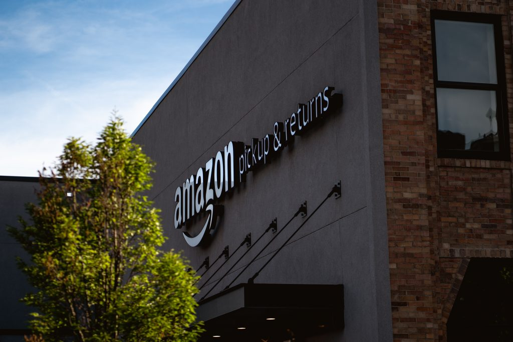 Fachada de loja da Amazon na Filadélfia. Imagem: Bryan Angelo via Unsplash.