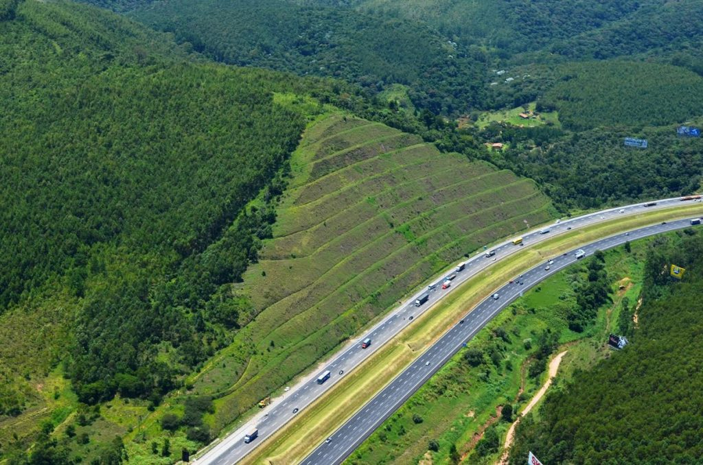 Contenção de taludes utilizando Geossintéticos Fonte: chicodaboleia.com.br