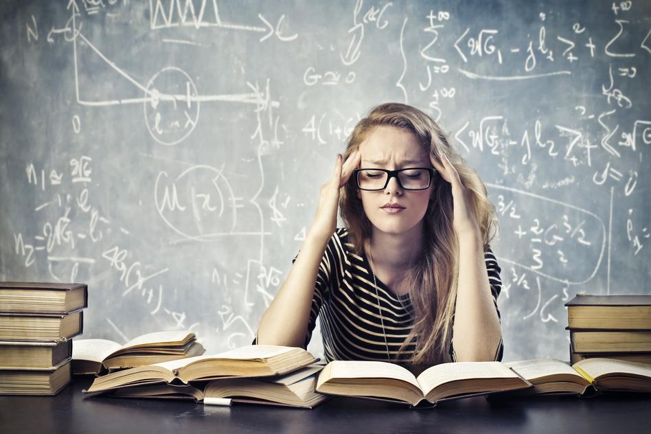 mulher estudando sobre os livros