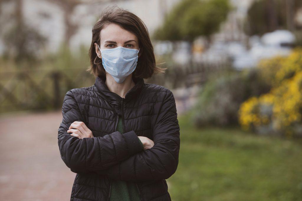 Mulher usando máscara durante pandemia.