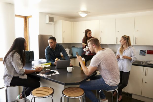 estudantes em república tomando café e conversando