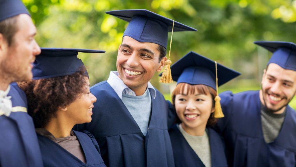 estudantes graduando