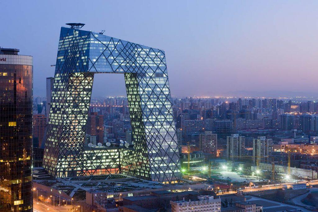 Vista ao anoitecer do edifício China Central Television HQ.