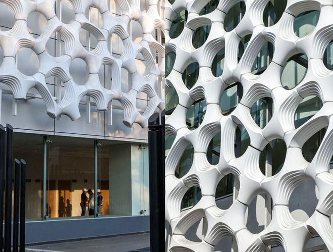 Detalhe da fachada antimicrobiana revestida de dióxido de titânio da torre de especialidades - Hospital Manuel Gea González