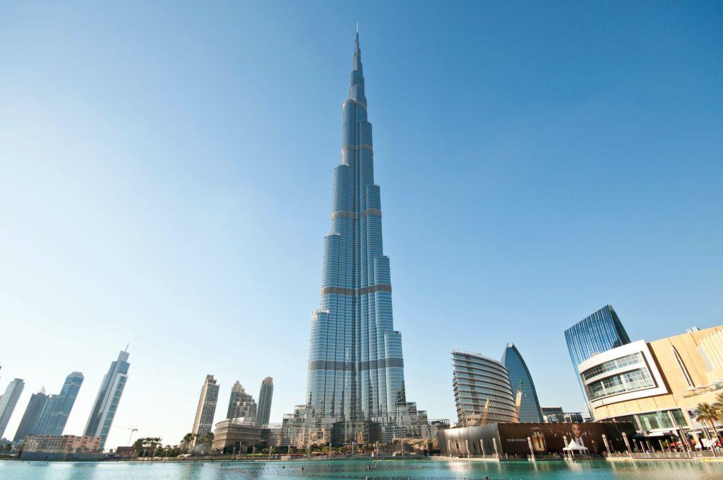 Fachada do edifício Burj Khalifa, ao centro da imagem, em Dubai.