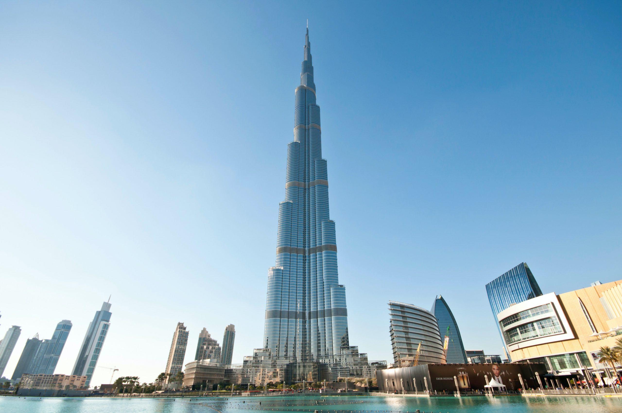 Fachada do arranha-céu Burj Khalifa, ao centro da imagem, em Dubai.