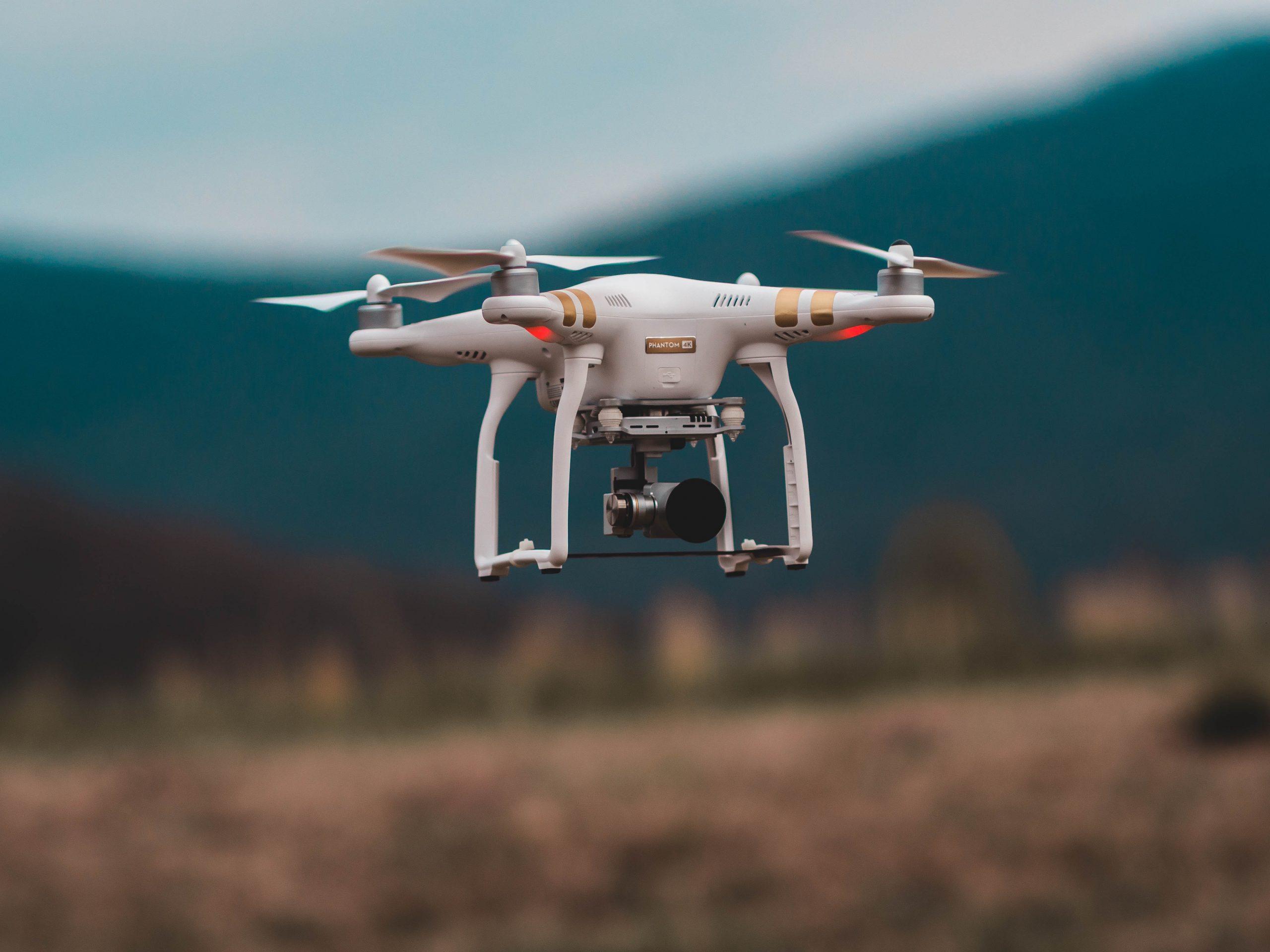 Drone sobrevoando área rural