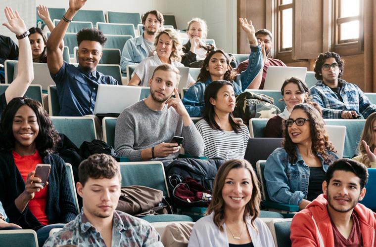 Universitários participativos em uma aula