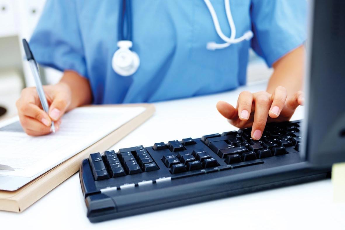 médica fazendo anotações