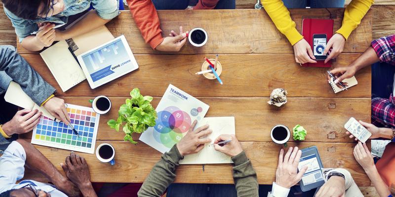 metodologia okr pessoas se reunindo ao redor de mesa