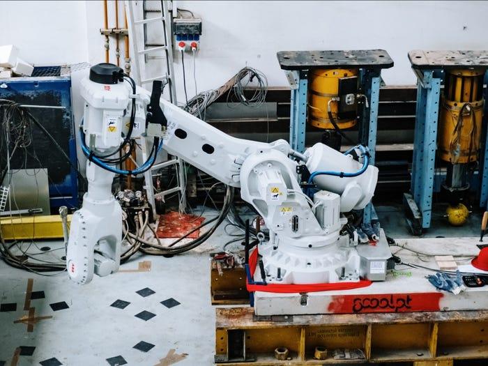 Braço robótico para impressão 3D da casa flutuante. Imagem: prvokodburinky via BI.