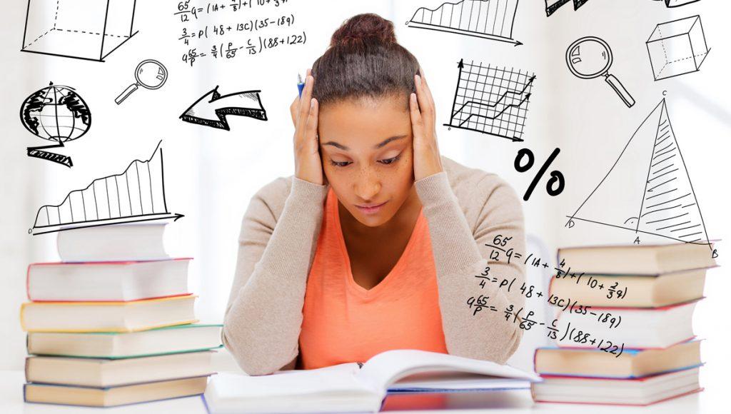 Mulher de camisa laranja pensando no conteúdo estudado ao lado de livros com números no fundo