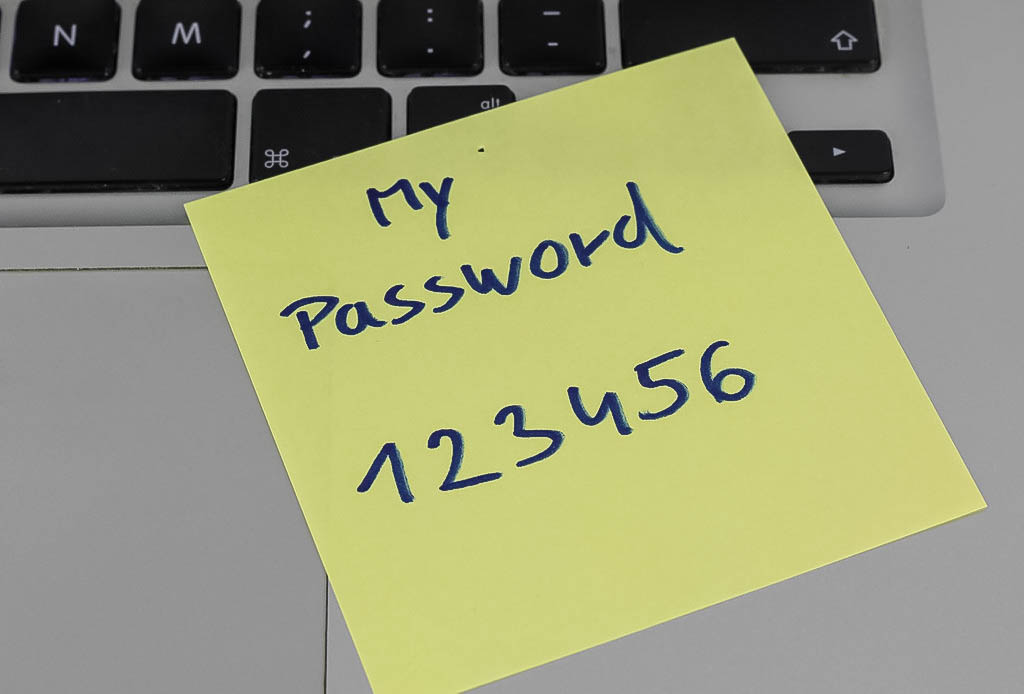 "Post-it escrito ""password: 123456"" colado em teclado de laptop. Foto: Marco Vech via Flickr."
