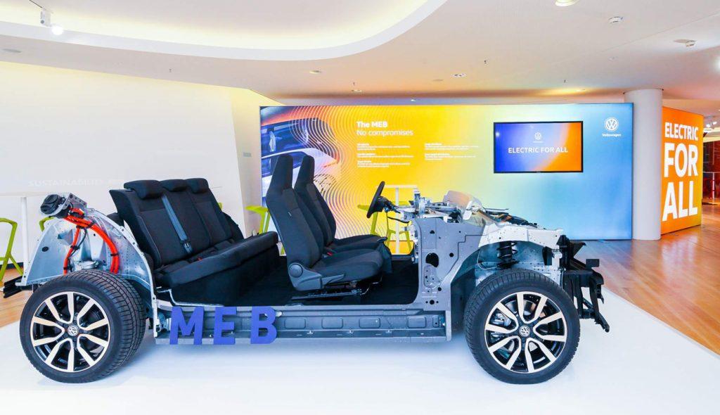 Na imagem há a apresentação da plataforma modular elétrica da Volkswagen