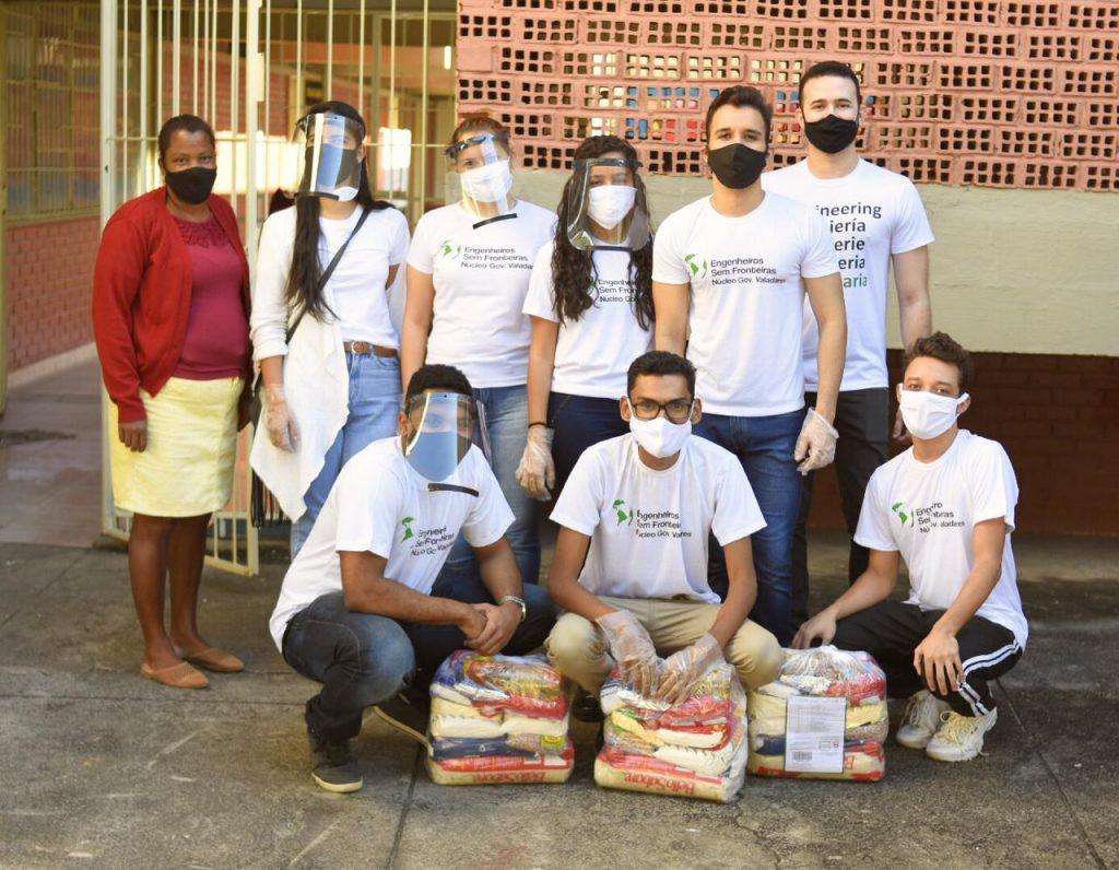 jovens entregando cesta básica fundo emergencial covid engenheiros sem fronteiras