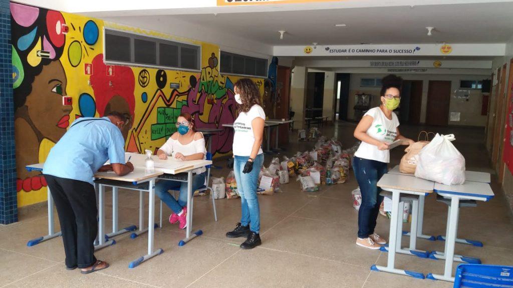 jovens organizando cesta básica fundo emergencial covid engenheiros sem fronteiras