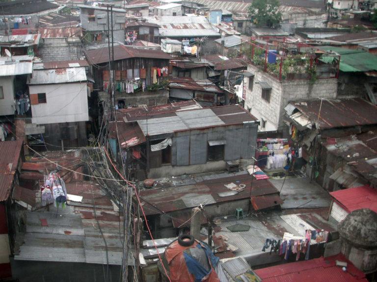 Aglomerado urbano desordenado, representando desigualdades no saneamento, no México. Foto: humanrights2water.org