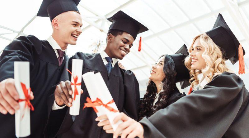Recém formados com diplomas em mãos