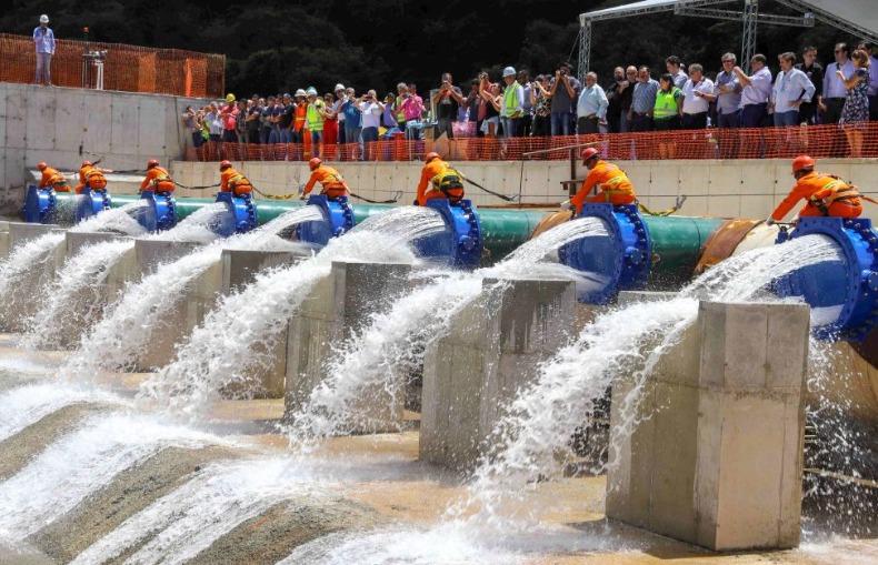 Inauguração de ligação de abastecimento de água. Saneamento básico.