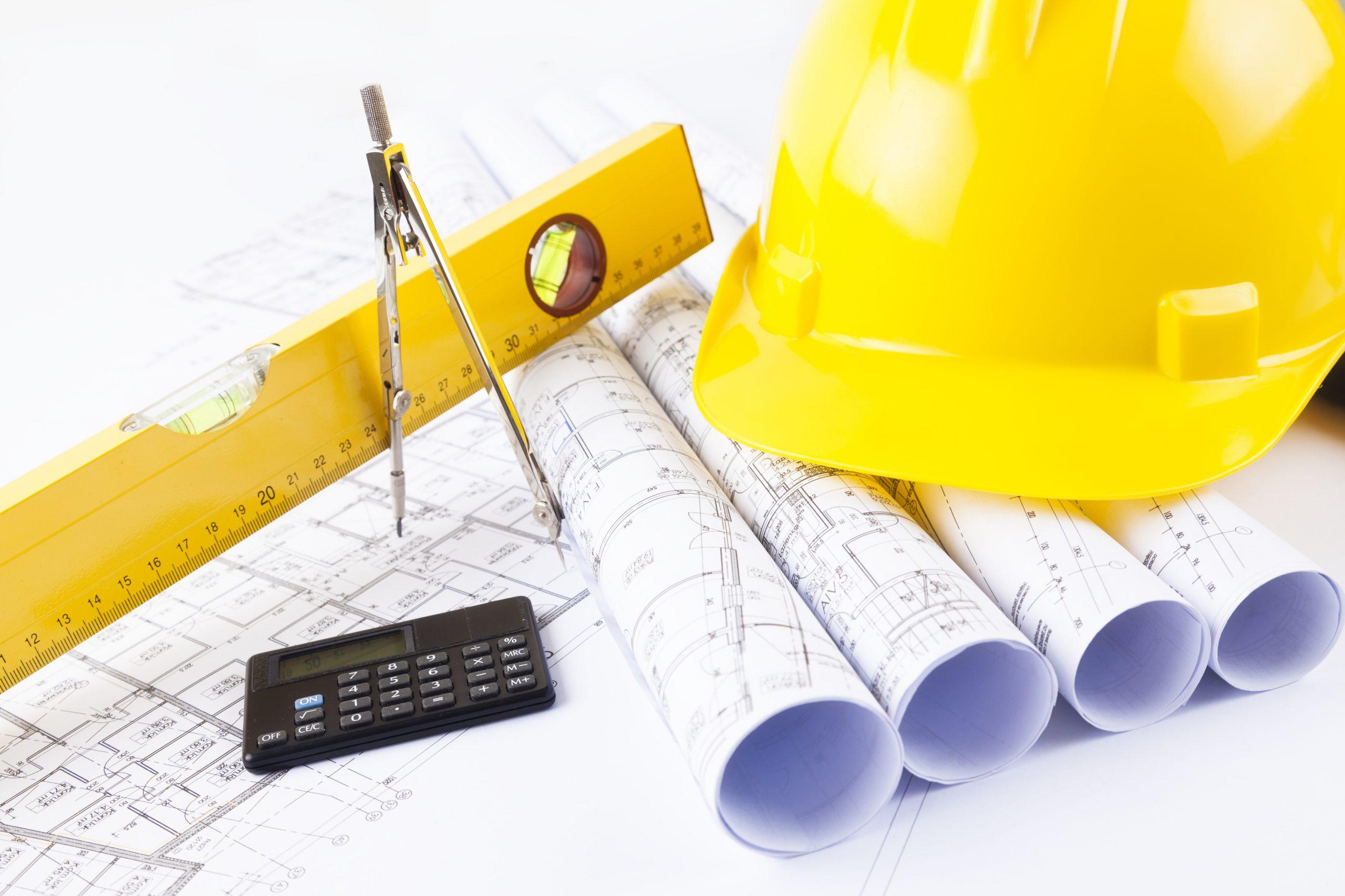 carreira engenharia civil projetos e capacete em cima de mesa