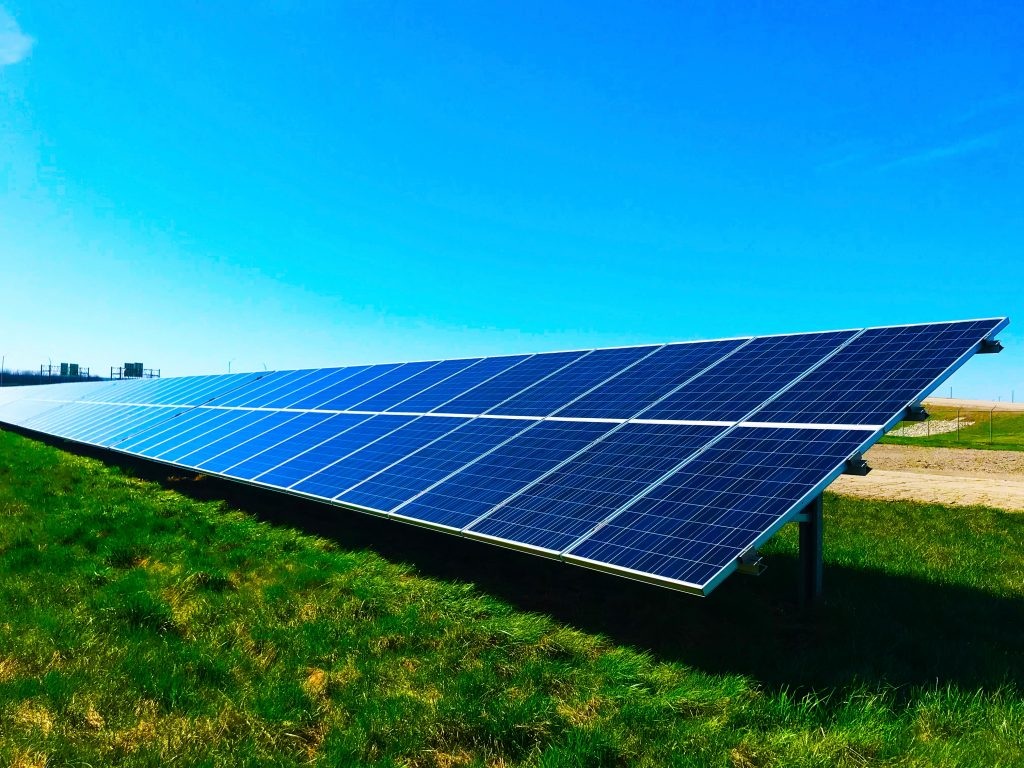 Imagem ilustrativa de uma usina solar fotovoltáica