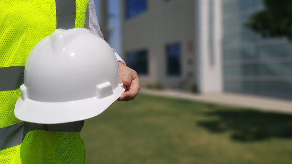 engenheiro segurando capacete