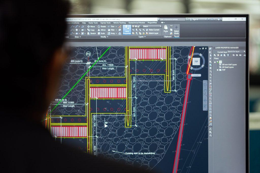 Engenheiro civil desenvolvendo projetos