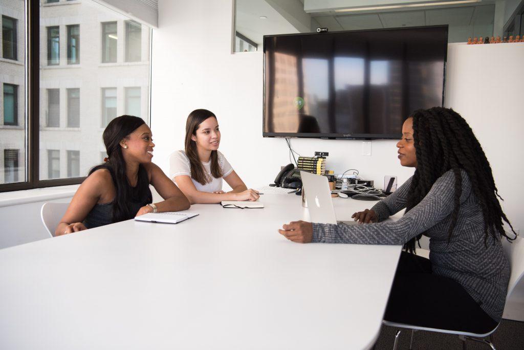 três mulheres conversando em entrevista de emprego