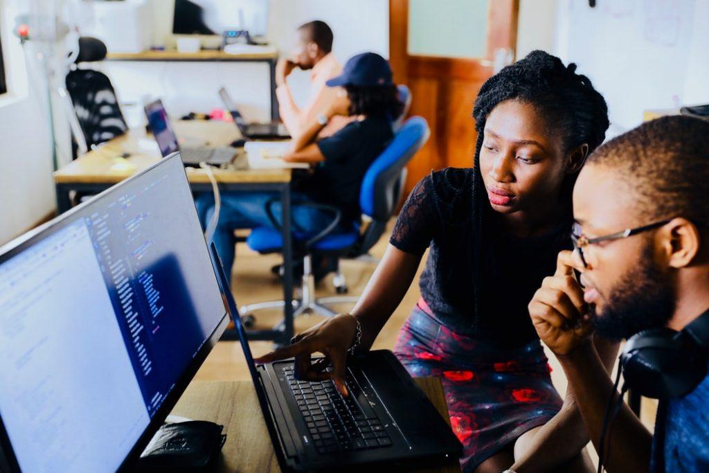 estudantes na frente do computador estudando em grupo