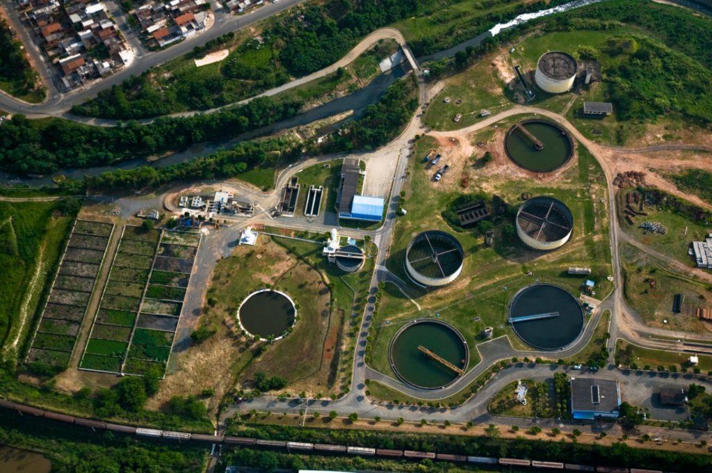 Vista aérea de estação de tratamento de esgoto. Saneamento básico.