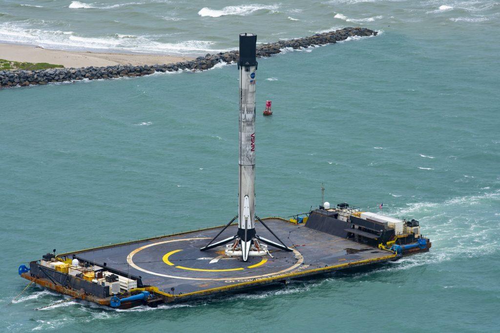 Primeiro estágio do foguete Falcon 9 recuperado em um navio zangão após lançamento da missão Crew Dragon Demo-2. Foto: SpaceX via Twitter.