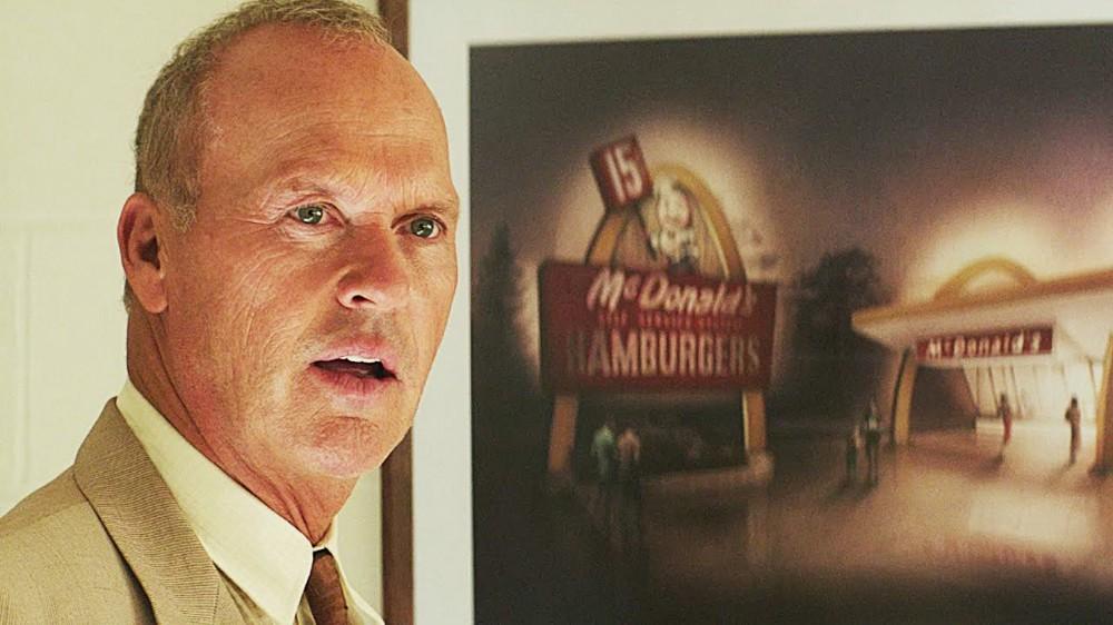 Ray Kroc em frente a uma foto de uma unidade do Mc Donald's