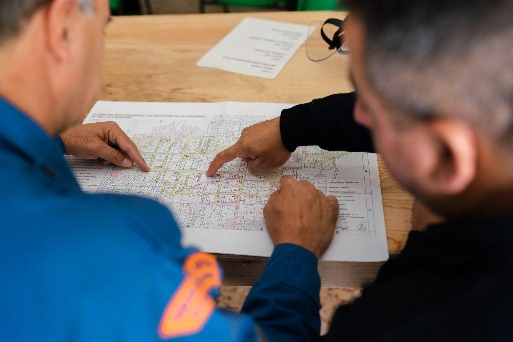 dois engenheiros olhando par a projetos