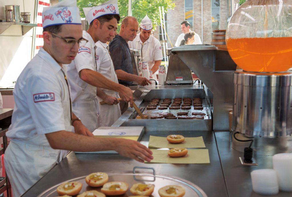 funcionários preparando alimentos em linha de produção