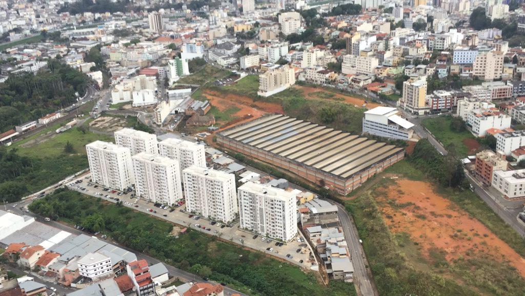 Vista aérea de vários edifícios em construção