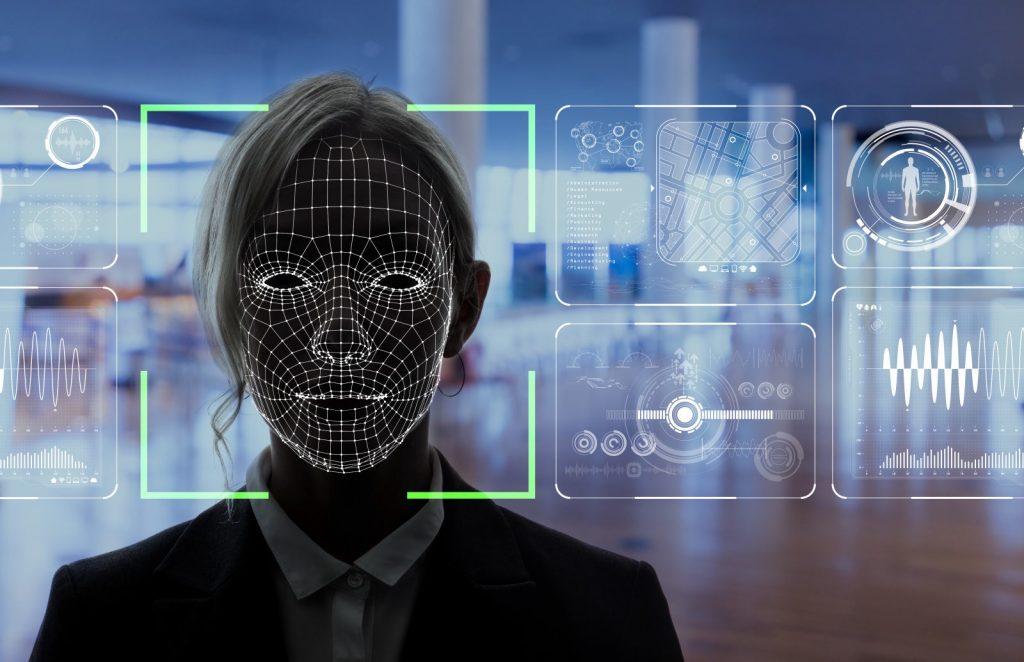 Imagem de rosto feminino sendo escaneado para reconhecimento facial. Fonte: Getty Images.