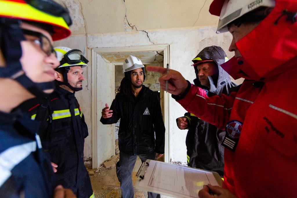 grupo de engenheiros homens conversando sobre edificação