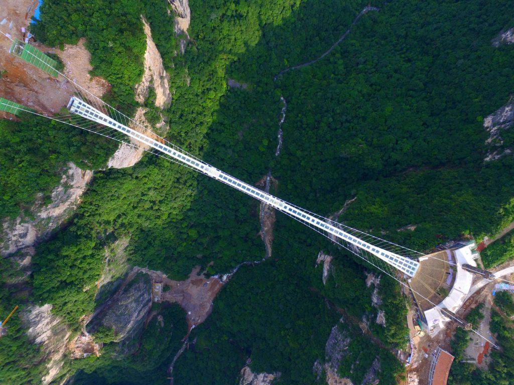 obra-5-ponte-de-vidro-sobre-um-canyon-na-china