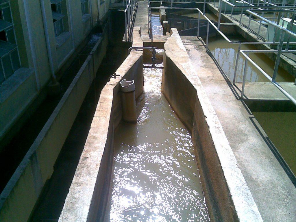 Figura 2: Entrada de água bruta em uma estação de tratamento de água. A água passa por uma calha Parshall utilizada para medição da vazão. Fonte: Wikimedia Commons.
