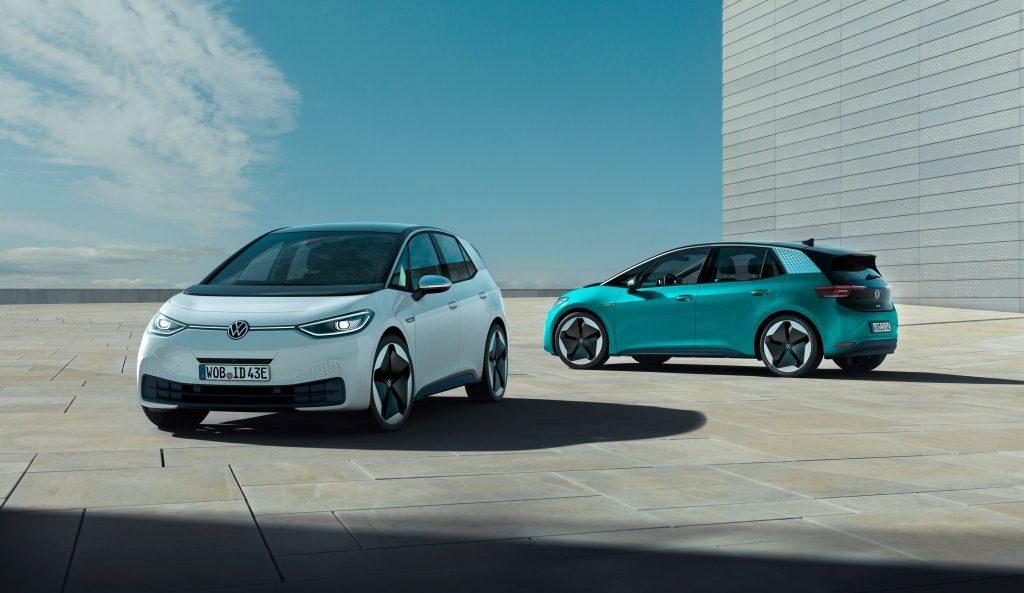 A imagem mostra dois modelos do ID.3. O primeira mostra a frente do veículo. Enquanto o outro mostra a lateral esquerda e a traseira