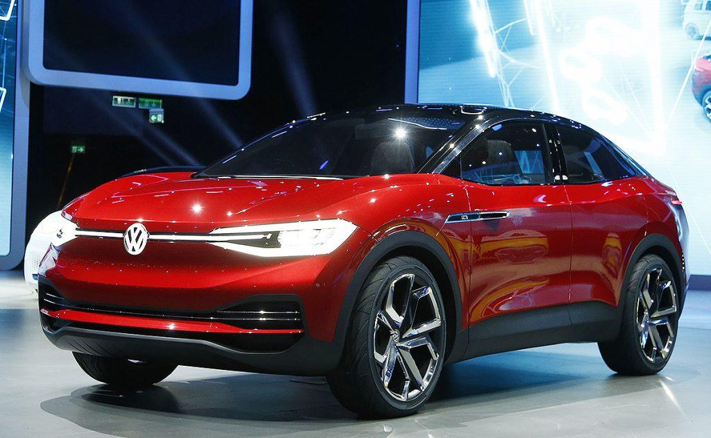 A imagem mostra a apresentação ao público do ID.CROZZ. O veículo conceito é uma ótima representação dos modelos elétricos. As lanternas com um desenho bem futurista. Além do logo integrado a elas com iluminação.