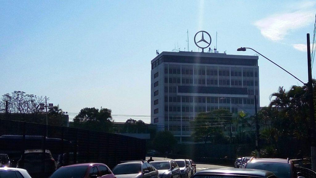 Ao fundo o prédio administrativo da Mercedes-Benz