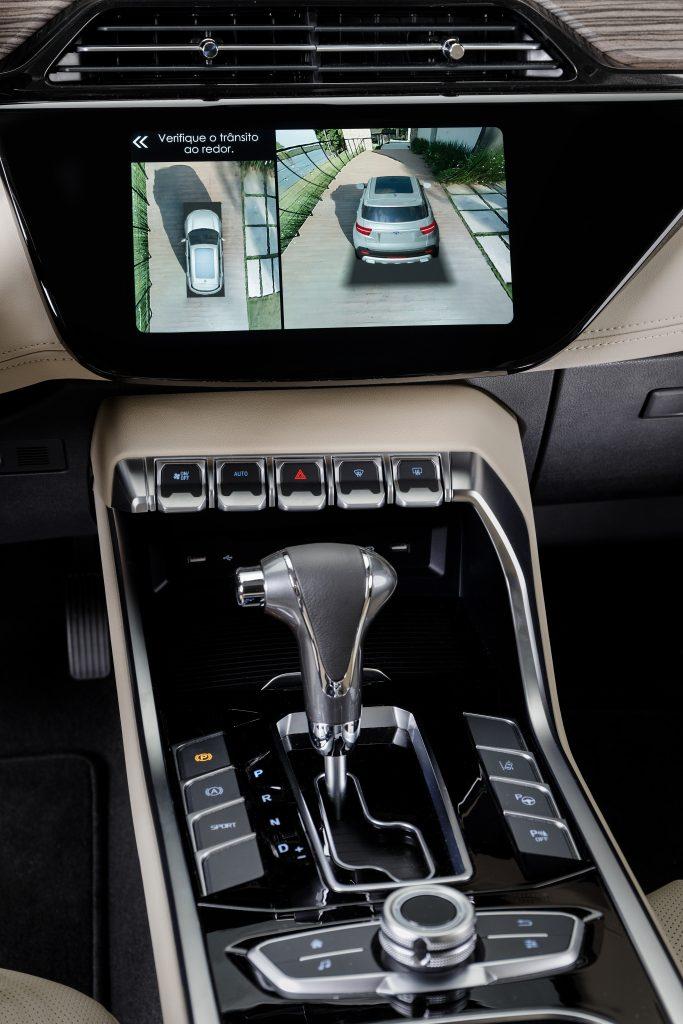 A imagem mostra o painel e console central do veículo