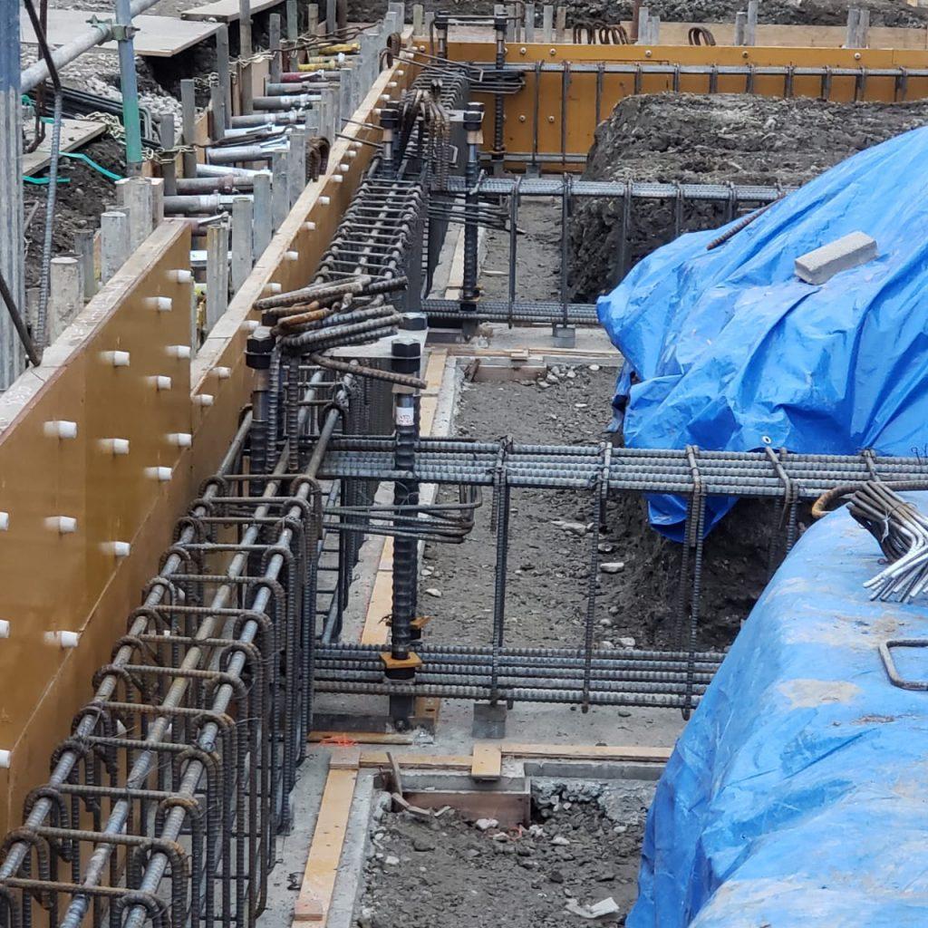 Imagem de obra de edifício no Japão. Estruturas são projetadas para suportar abalos sísmicos
