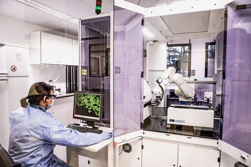 Pesquisadora utilizando computador em laboratório no complexo Sirius.