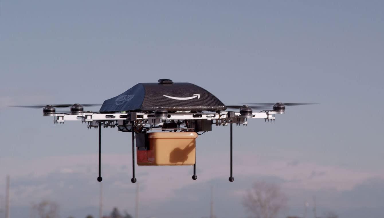 drone da Amazon Prime Air voando com uma caixa