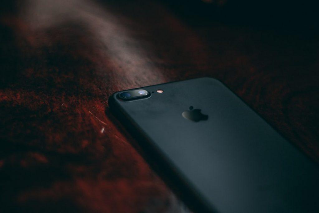 iphone sobre mesa