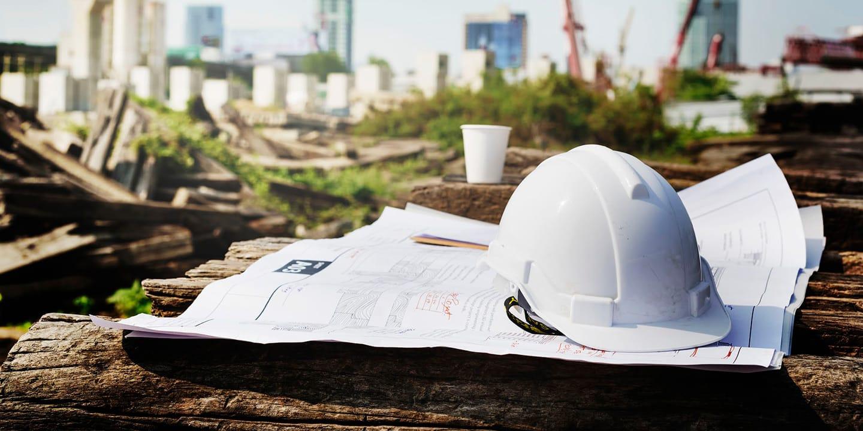 imagem de capacete em cima de mesa, com planta